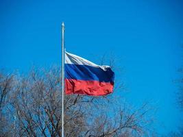 russische Flagge auf einem Fahnenmast