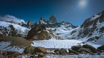 schöne schneebedeckte Bergszene foto