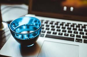blaue Tasse auf einem Laptop