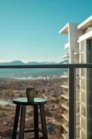 Becher auf einem Balkon foto