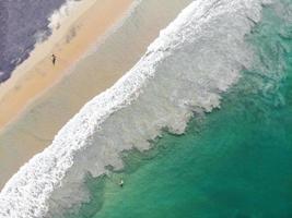 Luftaufnahme von zwei Personen am Strand
