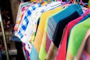 Kleidung auf Kleiderbügel