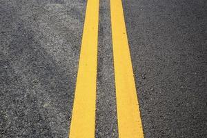 gelb von Verkehrslinien auf der Straße foto