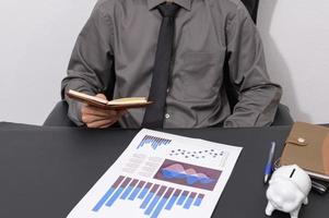Geschäftsmann an seinem Schreibtisch foto