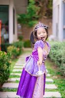 Porträt des niedlichen lächelnden kleinen Mädchens im Prinzessinkostüm