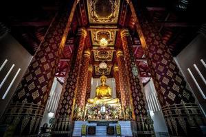 alte Buddha-Statue in Wat Nah Phramen foto