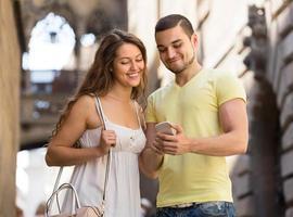 Paar mit der Karte am Smartphone