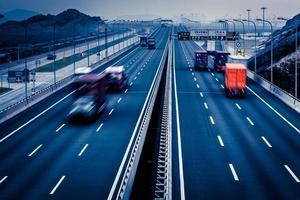 Autobahn in der Nacht in Langzeitbelichtung foto