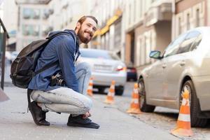 Der hübsche bärtige Mann reist durch die Stadt