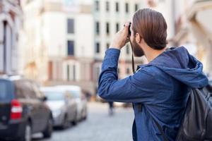 fröhlicher bärtiger Mann ist Sightseeing in der Stadt