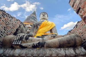 alter Buddha-Pagodentempel mit beschädigtem Buddha im thailändischen zeitgenössischen Tempel