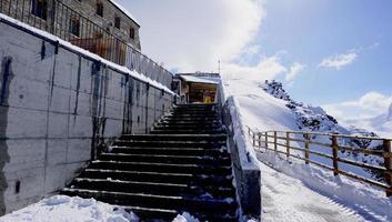 Treppe des Gebäudes an der Gornergrat Station foto