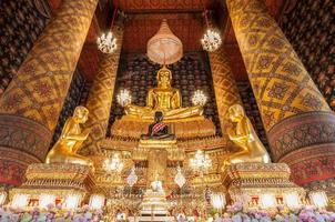 schönes buddha bild in phra ubosot bei wat hong rattanaram foto