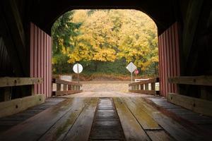 Innen überdachte Brücke Herbstfarbe Herbstlaub