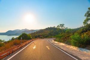 sonniger Tag über den malerischen Bergen foto