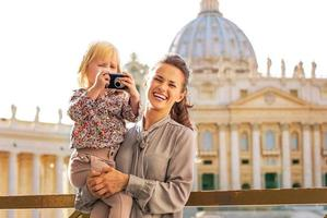 Mutter und Baby mit Fotokamera im Vatikanstadtstaat foto