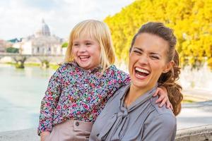 glückliche Mutter und Baby auf der Brücke ponte umberto i foto