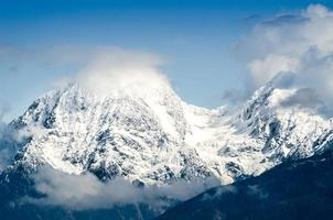 Gebirgspass in den Alpen mit Schnee und Wolken