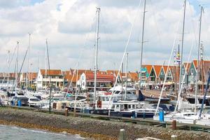 Schiffe im Hafen von Volendam. Niederlande foto
