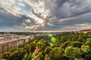 Blick auf Prag von der Nuselsky-Brücke bei Sonnenuntergang, Vysehrad foto