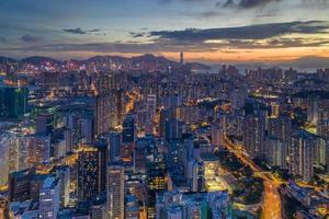 Luftaufnahme von Stadtgebäuden während der Nachtzeit foto