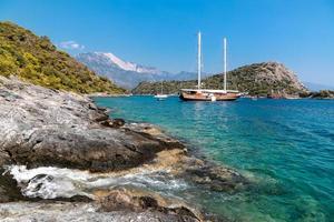 Boot schwimmt auf Meerwasser im Sommertag foto
