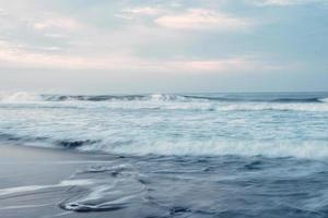 Langzeitbelichtung von Strandwellen foto