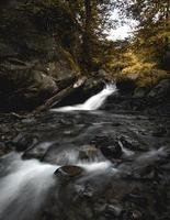 Langzeitbelichtung des Flusses in der Herbstsaison