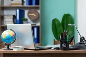 Blick auf den modernen Schreibtisch foto