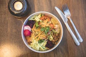 Flache Aussicht auf leckeren vegetarischen Salat foto