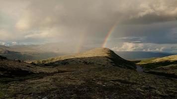 Regenbogen über Bergen
