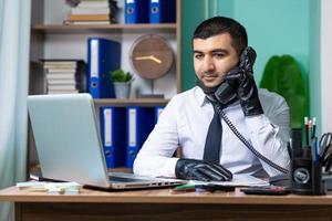 Geschäftsmann geht ans Telefon foto