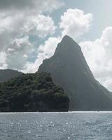Insel mit grünen Bäumen neben Berg