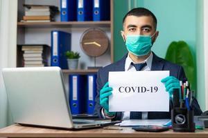 Mann hält covid-19 Zeichen
