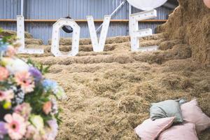 Pastellblumenstrauß mit Liebesbriefen im Hintergrund