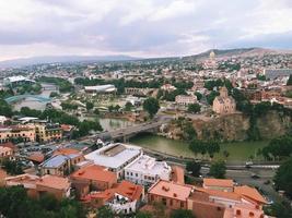 Blick auf die Innenstadt von Tiflis, Georgia, von der Zitadelle oben foto