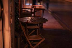 Nachtlandschaft schmale alte Straße europäisch