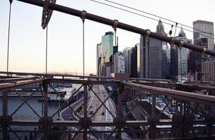 Blick auf die Skyline der Stadt von einer Brücke