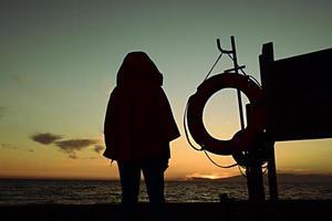 Silhouette Person, die nahe Meer steht