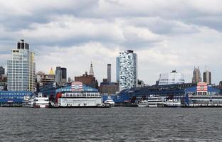 Schiffe auf dem Meer in der Nähe von Stadtgebäuden während des Tages