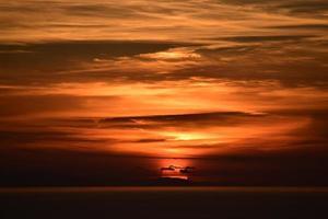 Silhouette der Wolken während der goldenen Stunde foto
