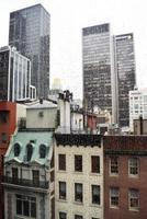 Regentropfen vor einem Stadtfenster