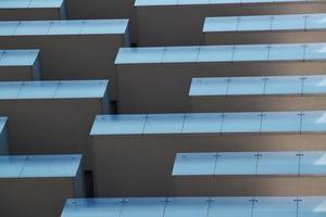 Low-Angle-Fotografie eines grauen Hochhauses foto