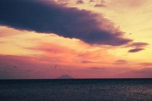 Gewässer unter bewölktem Himmel während des Sonnenuntergangs foto
