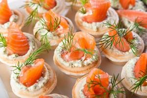 leckere Snacks mit Lachs und Hüttenfüllung foto