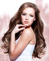 schöne junge Frau mit langen lockigen Haaren foto