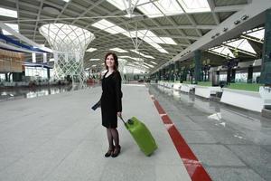 Frau wartet auf ihren Flug am Flughafen foto