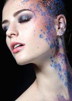 Mädchen mit Farbe im Gesicht foto