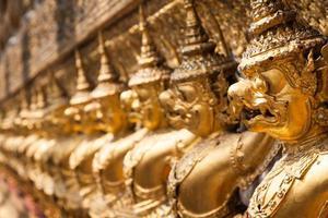 goldener garuda von wat phra kaew in bangkok, thailand foto