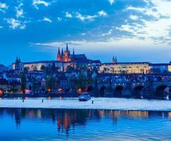 Blick auf Charles Bridge und Prag Castle in der Abenddämmerung